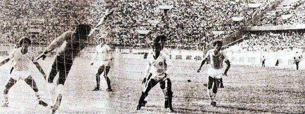 El 'Cachorro' Luis Gardella acabó dándole el empate a Cristal con este autogol en el 1-1 de los celestes contra Universitario (Recorte: revista Ovación)