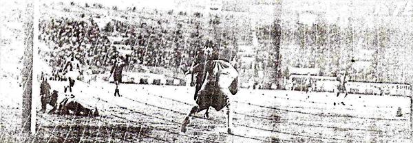El primer gol de Cristal frente a Melgar en 1983, obra de Jorge Hirano con fuerte remate para vencer a Emilio Campana (Recorte: diario La Crónica)