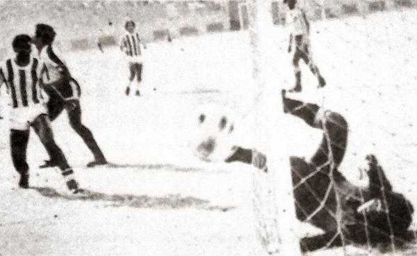 El 'Chacal' Herrera pasó muchos apuros en el clásico del puerto que acabó ganando Atlético Chalaco (Recorte: diario La Crónica)