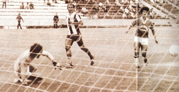 El 'Nene' Cubillas anotándole a Sono en la gran goleada de los torneos nacionales: el Alianza Lima 11 - Sport Pilsen 0 de 1984 (Foto: revista Don Balón Perú)