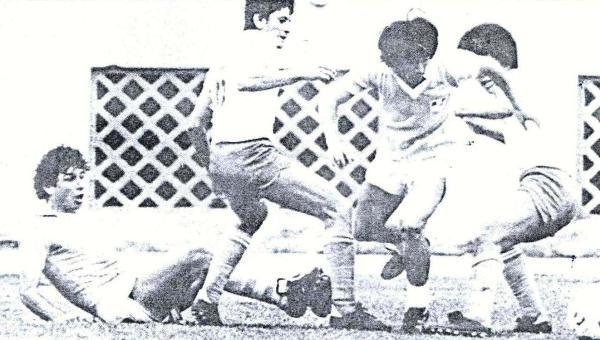 Escenas del Cristal - ADT que culminó 1-1, por el Descentralizado 1984. Acá, Jorge Hirano elude la marcación de Rinaldo Quesada y Armando Carrizales (Recorte: diario El Comercio)