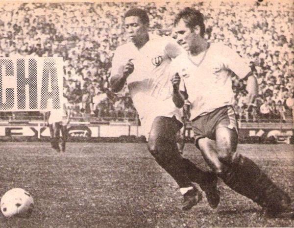 Eduardo Rey Muñoz en una pugna por el balón durante el Universitario - Diablos Rojos del Descentralizado 1984. Los juliaqueños acumularían en ese torneo un total de 14 partidos sin convertir en condición de visitante (Recorte: revista Ovación)