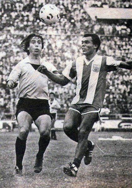 El 'Nene' Cubillas en acción frente a Boys, en cotejo que significó su regreso a Alianza Lima tras su paso por el fútbol de Estados Unidos. El partido terminó 1-1 y los rosados mantuvieron su distancia en la cima (Recorte: revista Ovación)
