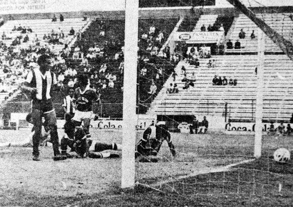 Eugenio La Rosa observa la acción de Teófilo Cubillas que yace en el área chica luego de convertir el sexto gol del partido (Recorte: diario La Crónica)