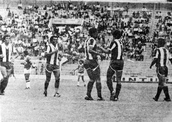 Alianza con Wilmar Valencia, Cubillas, La Rosa y Humberto Rey Muñoz celebra uno de los goles de Raúl Mejía sobre Sport Pilsen (Recorte: diario La Crónica)
