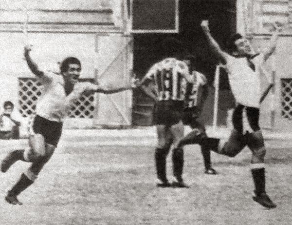 Uno de los cuatro gritos de gol que se sintió la tarde tarde del 23 de diciembre de 1984. Aquella vez Boys goleó a Huaral y, gracias al empate en paralelo del CNI en Tarma, se alzó con su último título en Primera (Recorte: diario La Crónica)