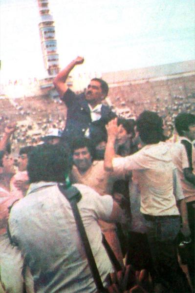Marcos Calderón, el gran artifice del campeonato de Sport Boys, es levantado en hombros por la fanaticada rosada tras el final del partido ante Huaral (Recorte: diario La Crónica)