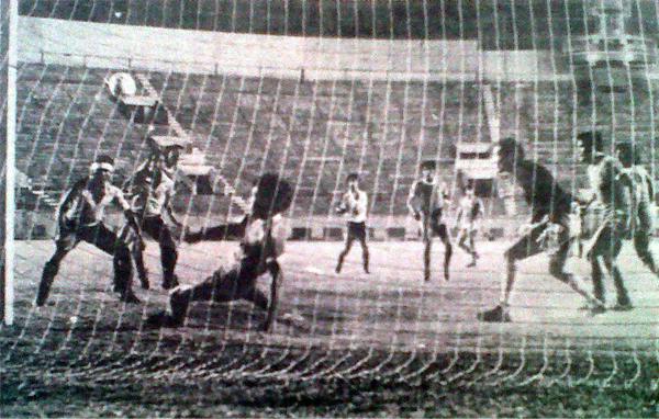 Boys frente a Bolognesi en el Nacional, en duelo que teminó con sorprensiva victoria tacneña por 0-1 y que recortó la distancia en el liderato de los rosados con CNI (Recorte: diario La Crónica)