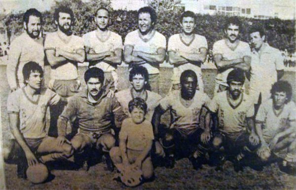 Una formación de San Agustín en el año de su debut en Primera. Aquí se puede apreciar a Fernando Cuéllar, quien luego fuera técnico del equipo 'canario', aún como jugador activo (Foto: Facebook)