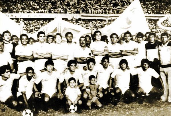 Marcos Calderón rodeado del plantel de Universitario en 1985, el último de los cuatro títulos que obtuvo con los cremas (Foto: Facebook)