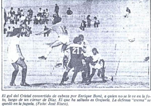 Gol de Cristal a Universitario en el arco Sur del estadio San Martín. El tanto fue de Enrique Boné, quien no aparece en escena (Recorte: diario La Crónica)