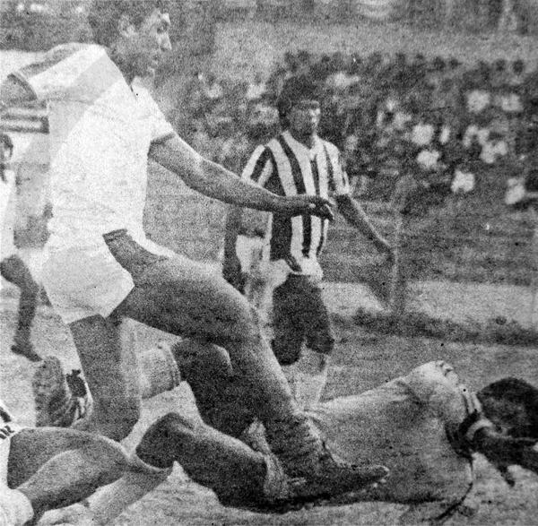 Carlos 'Calín' Delgado en 1985, su primera temporada en Mannucci, frente al Junín en Huancayo (Recorte: diario La Crónica)