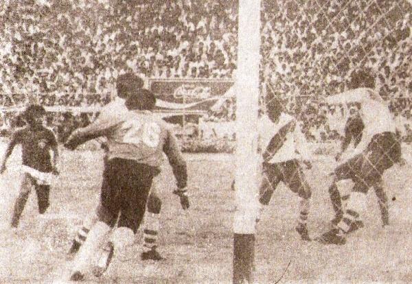 1985. La clasificación a la Liguilla del Descentralizado comienza con este gol del 'Zorro' Jaramillo a Municipal ante un Mansiche colmado (Foto: revista Ovación)