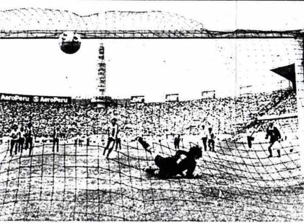 El chileno René Pinto, de penal, le anota un doblete a Boys, en el triunfo de Alianza por 3-1 en el Regional II de 1990 (Recorte: diario La República)