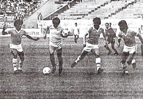 Una escena del partido en la que Javier Chirinos busca superar al mediocampo celeste (Recorte: diario El Comercio)