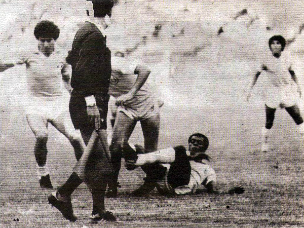 Aquí aparece Enrique Boné en plena disputa del balón cuando aún no se había producido la desafortunada acción (Recorte: revista Ovación)