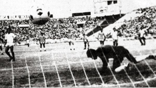 Fidel Suárez marcó así, de penal, el tercer tanto crema sobre Deportivo Junín (Recorte: diario La Crónica)