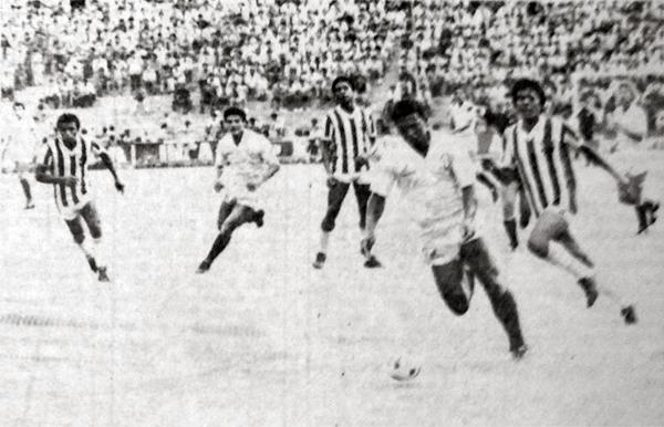 El cuarto gol crema lo anotó Eduardo Rey Muñóz en esta acción al quedar sin marca para ejecutar su remate hacia el arco del portero Mendoza (Recorte: diario La Crónica)