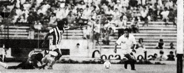 Limitados recursos en defensa exhibió el Junín para evitar los ataques cremas, tal como en esta jugada de Eduardo Rey Muñoz (Recorte: diario La Crónica)