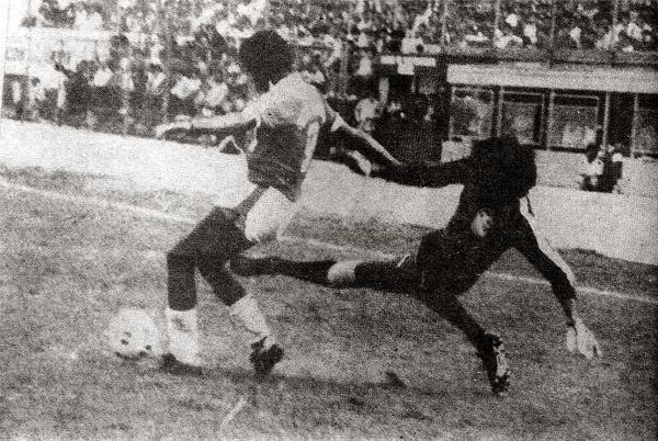 En acción en el arco de Cristal en 1986, contra Octavio Espinosa; siempre fue arriesgado en intervenciones. (Foto: revista Ovación)