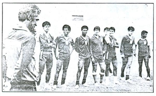 El maestro 'Didí' con los 'potrillos' en 1986 (Recorte: diario El Comercio, suplemento Deporte Total)
