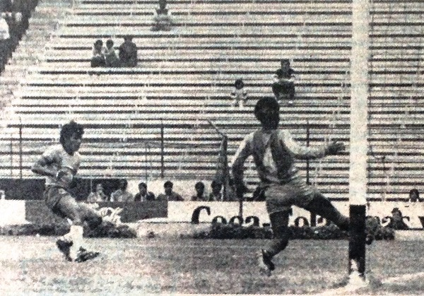 Escenas del primer enfrentamiento entre Repúblicana y San Agustín, por el Descentralizado 1986. Los canarios ganaron 0-2 (Recorte: diario La Crónica)
