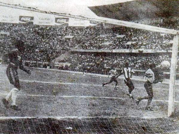 Este gol de Eugenio La Rosa, que supuso la ventaja momentánea para Alianza, no impidió que en la final del Regional quien festejara fuera San Agustín (Recorte: diario La Tercera)
