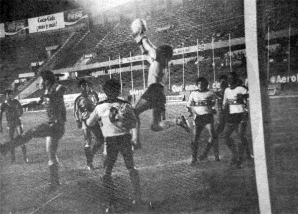 El cuadro rosado venció al Pucallpa gracias también a la actuación de su arquero Luigi Dietz (Recorte: diario La Crónica)