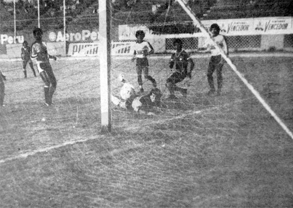 Momento de apremio sobre el arco de Boys tras una acción de Germán Garagay (Recorte: diario La Crónica)