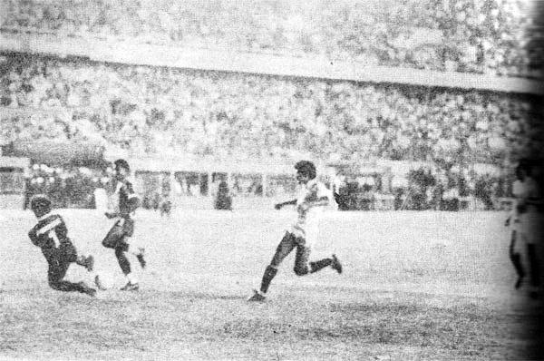 Luis Escobar ya mandó la pelota rumbo al arco de la 'U' luego de superar la salida de César Chávez Riva y anotar así el gol del triunfo para Alianza en el clásico de 1986 (Recorte: revista Ovación)