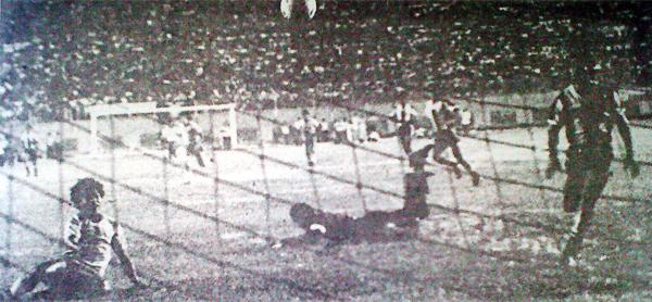 Con este gol de José Pajuelo, San Agustín consiguió su único título en Primera División de la mano de Fernando Cuéllar (Recorte: diario La Crónica)