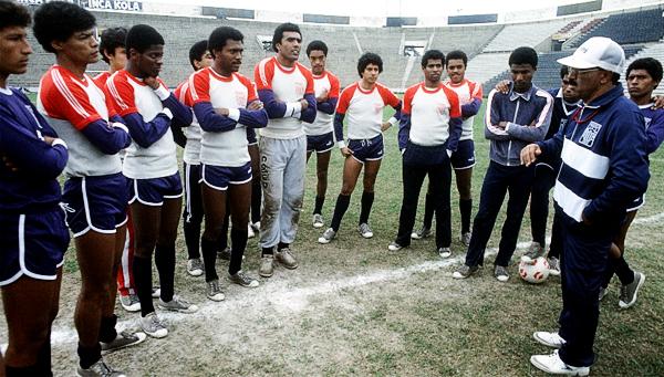 Con Alianza Lima, su último equipo antes de perder la vida en la Tragedia de Ventanilla en 1987 (Recorte: diario El Comercio)