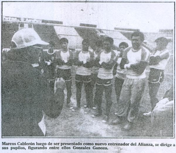 Marcos Calderón llegó a Alianza a mediados de 1987 y le cambió, de algún modo, la cara al equipo. Acá da su charla en su primer entrenamiento de aquella segunda etapa suya en Matute, donde ya había sido campeón en 1975 (Recorte: diario El Comercio, suplemento Deporte Total)