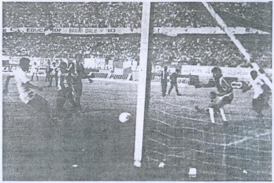 Este gol de Fidel Suárez en el arco de Letelier hizo que la 'U' se quedara con el título nacional de 1987 y obligara a Alianza a contentarse con el subcampeonato (Recorte: diario La Tercera)