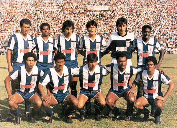El primer equipo de Alianza Lima luego de la tragedia de Ventanilla y en el que Roberto Rojas aparece como el último de los parados (Recorte: libro Alianza Vida y Pasión / Lorenzo Villanueva)