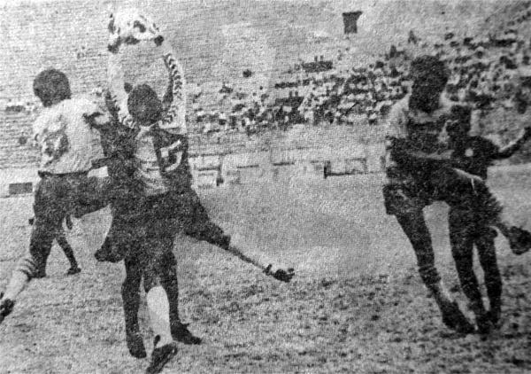 El meta Panay atenaza el balón antes que el centro llegara a la cabeza de Fernando Revilla del San Agustín (Recorte: diario La Crónica)