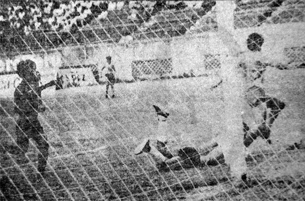 Un remate de Luis Carpio logra ser conjurado por Héctor Yupanqui, quien recibe la cobertura de su defensa tras el despeje (Recorte: diario La Crónica)