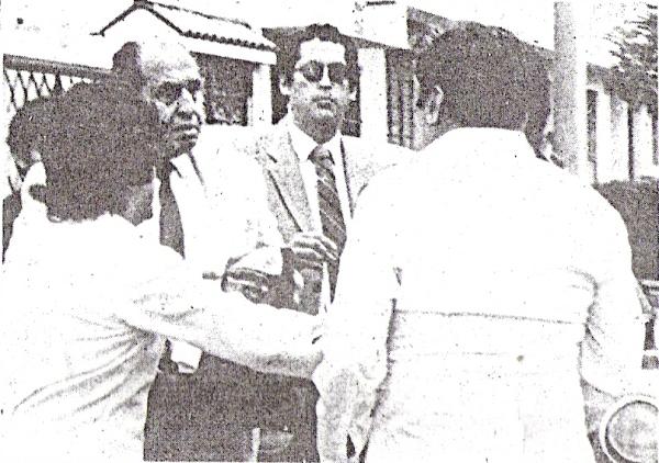 Escena de la bronca entre Jorge Labarthe (izquierda) e hinchas rosados antes de un entrenamiento en noviembre de 1987 (Foto: diario El Comercio, suplemento Deporte Total)