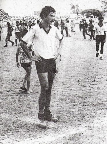 Imagen de 1987, con 'Piticlín' Palacios lamentando el primer descenso en la historia de Sport Boys (Foto: diario El Nacional)