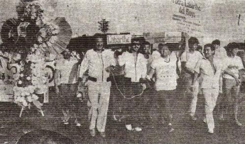 Marcha multitudinaria en el Callao para echar a la directiva de Labarthe. Los hinchas rosados tomaron la sede del club (Foto: libro ¡Vamos Boys!, Teodoro Salazar Canaval)