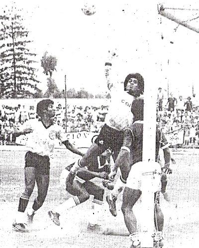 Boys frente a AELU en la Intermedia 1987. No es un cotejo de Primera División, puesto que los niseis ese año estaban en Segunda (Foto: diario El Nacional)
