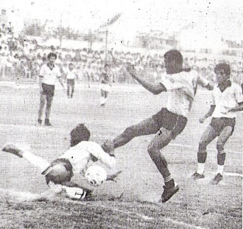 Andrés 'Balán' Gonzales en acción en el Espinosa - Boys de la última fecha de la Intermedia 1987. Aquella vez el cuadro rosado perdió, vía esa categoría sui generis, su plaza en Primera División. (Recorte: diario El Nacional)