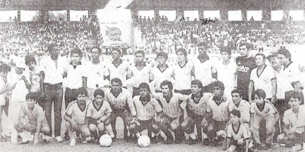 El equipo rosado que saltó al campo del Picasso Peratta para afrontar su último partido en Primera antes del descenso de 1987. Nótese al DT Augusto Palacios, tercero de los parados desde la izquierda (Foto: diario El Nacional)