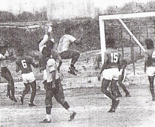 En la Intermedia, Boys debió jugar varios partidos en escenarios impropios, como acá ante Internazionale de San Borja. En la escena, 'Balán' Gonzales carga sobre el golero Nestares (Foto: diario El Nacional)