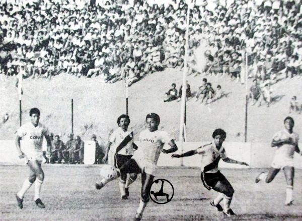 Pedro 'Viroco' Meza controla el balón antes de ser rodeado por los jugadores de La Joya-Iqueño (Recorte: diario El Comercio)