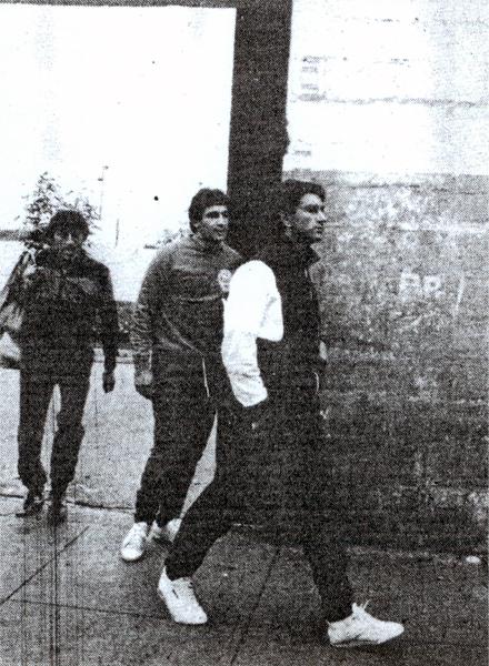 Juan Carlos Oblitas saliendo del viejo 'Lolo' Fernández cuando ocupaba el cargo de técnico crema (Recorte: diario La Crónica)