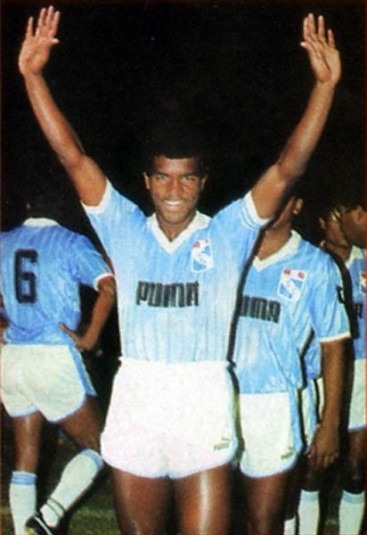 Julio César Uribe con la divisa de Sporting Cristal en 1988, año del penúltimo título del 'Diamante' con la celeste (Recorte: revista Once)
