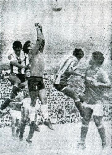 Carga sobre el arco de Cienciano por parte del ataque de Alianza Atlético la primera vez que ambos elencos chocaron en Sullana, por el Descentralizado 1988. Fue victoria churre por 3-1. (Recorte: diario El Tiempo de Piura)