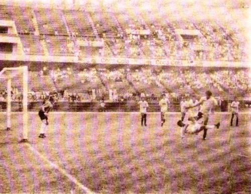 Cristal y Universitario, con Gallardo y Oblitas como DT, en un partido de la Liguilla de 1988. Se volvieron a ver las caras en la final nacional (Foto: revista Todo Fútbol)