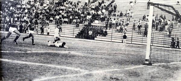 La defensa de Cienciano sufre uno de los cuatro goles que Fidel Suárez le encajó a Cienciano en el campeonato de 1988 (Recorte: diario La Crónica)